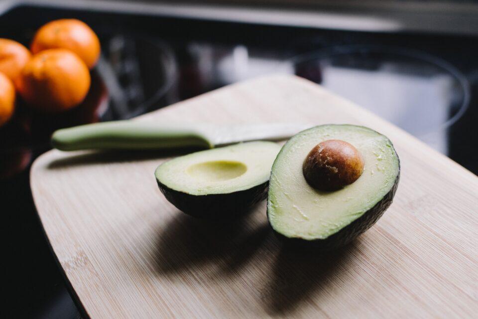 avocado wie isst man diese frucht oder ist es ein gem se. Black Bedroom Furniture Sets. Home Design Ideas