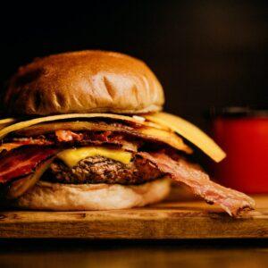 Wie isst man Burger?