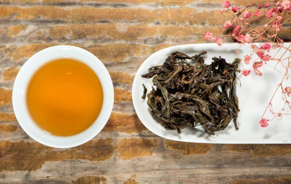 Schwarzer Tee getrocknete Blätter und in Tasse